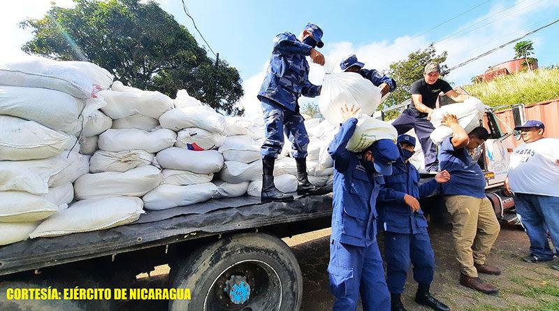 Soldados de la Fuerza Naval de Nicaragua descargan paquetes alimenticios en Bluefields