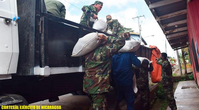 Soldados del Ejército de Nicaragua descargando ayuda humanitaria en San Carlos Río San Juan.