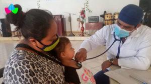 Médico del Ministerio de Salud de Nicaragua brinda consulta a niño que es acompañado de su mamá