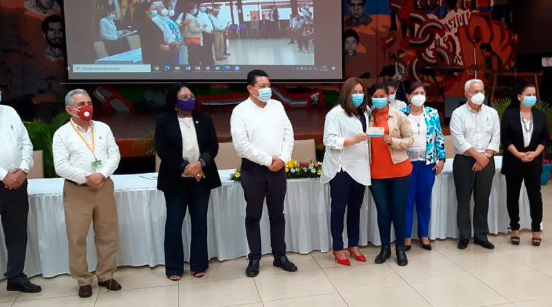 Foto Multinoticias / Bachilleres Excelencia Académica egresados de la Secundaria a Distancia en el Campo, recibiendo Beca por parte de Autoridades Educativas