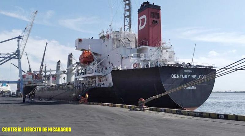 Efectivos militares del Distrito Naval Pacífico de la Fuerza Naval brindando seguridad a buques mercantes en el Océano Pacífico.