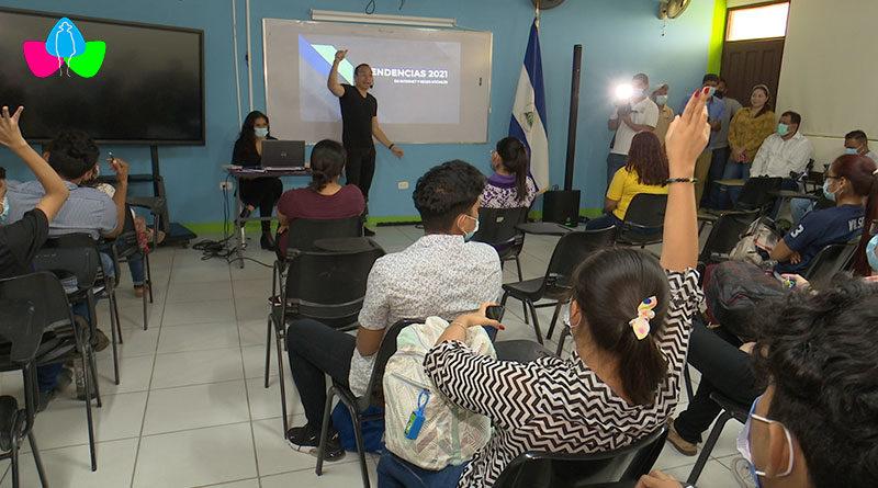 Jóvenes de la Universidad de Managua (UdeM) recibiendo charla del Ministerio de la Juventud sobre avances tecnológicos y su impacto en la comunicación social.