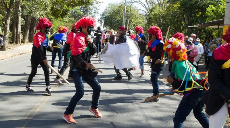 Jóvenes vestidos del traje típico de Los Chinegros de Nindirí desde la ciudad de Masaya en la conmemoración de la gesta heroica de Los Sabogales.