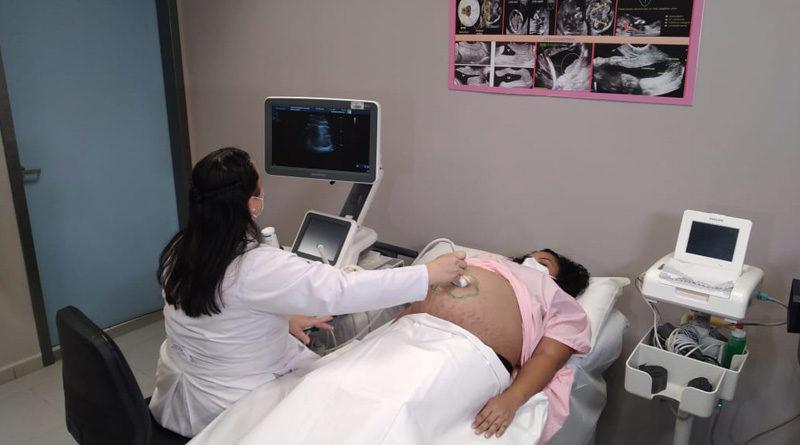 Paciente es atendida en la nueva clínica perinatal del Hospital Fernando Vélez Paiz