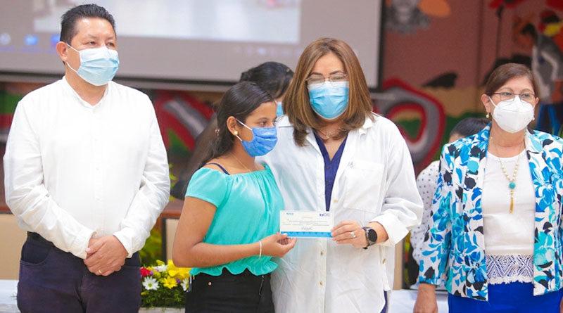 CNU entrega becas de excelencia académica a egresados de Secundaria a Distancia en el Campo