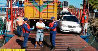 Efectivos de la Fuerza Naval durante inspección de embarcaciones