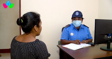 Oficial de la Policía Nacional atendiendo a un pobladora de Santo Tomás del Norte