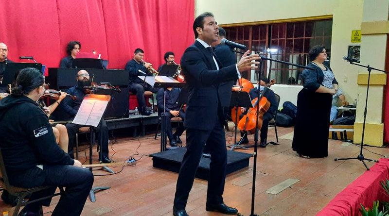 Artistas nacionales en el escenario del Palacio de Bellas Artes en Jinotepe, Carazo