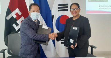 Doctor Park Ho Ki, Director del Centro KOPIA – Nicaragua y Claudia Cárdenas, co-directora del INTA, durante la firma del convenio de cooperación