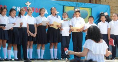 Coros estudiantiles durante el concierto simultáneo en homenaje al General Sandino