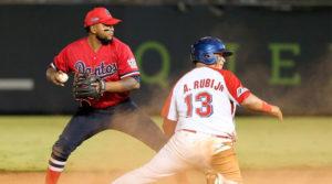 Jugadores de Los Dantos y los Indios del Bóer en un juego del Pomares en 2020.