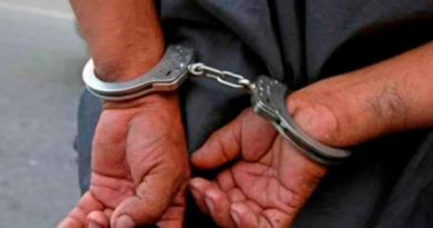 Delincuente capturado con las manos hacia atrás esposado