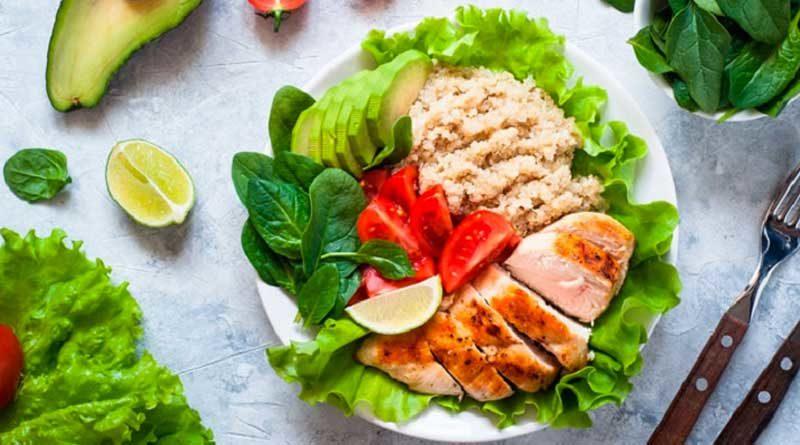 Un plato con pollo y vegetales