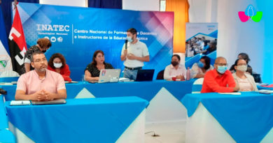 Docentes del INATEC sentados en escritorios escuchando la capacitación