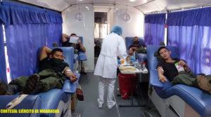 Efectivos militares del Ejército de Nicaragua acostados sobre camillas mientras donan sangre