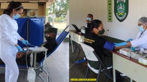 Efectivos militares del Ejercito de Nicaragua acostados sobre una camilla donando sangre