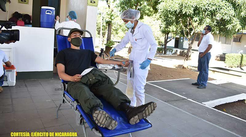 Efectivo Militar durante jornada de donación de sangre