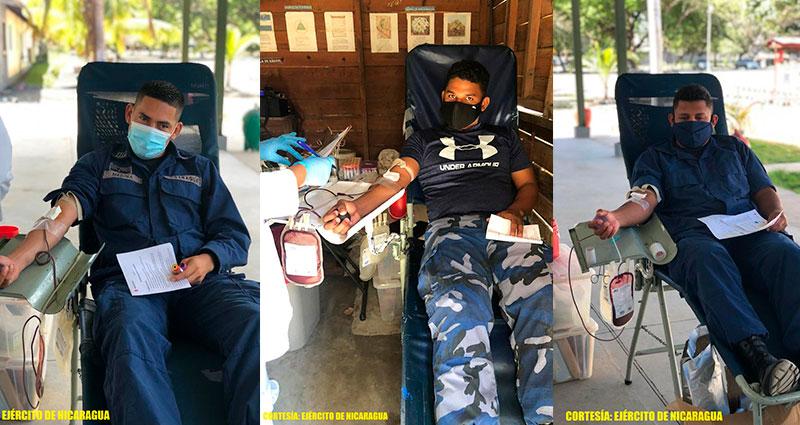 Soldados de la Fuerza Naval del Ejército de Nicaragua, acostados sobre una camilla donando sangre.