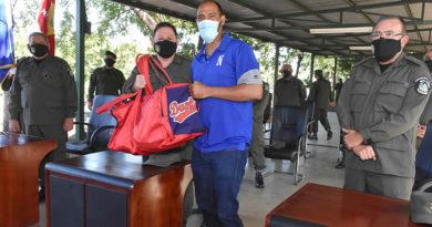 Comandante en Jefe del Ejército de Nicaragua, General de Ejército Julio César Avilés Castillo hace entrega de útiles a jugadores del equipo Dantos