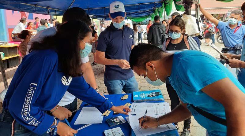 Jóvenes participan en la Feria Regional de Becas que se desarrolla en Juigalpa