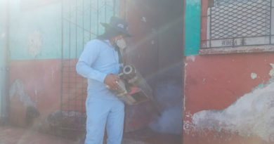 Personal del Ministerio de Salud de Nicaragua fumigando las viviendas del barrio Javier Cuadra de Managua