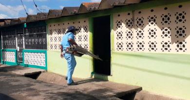 Personal de salud fumigando casas del barrio José Benito Escobar, ubicado en el distrito 6 de la capital nicaragüense.
