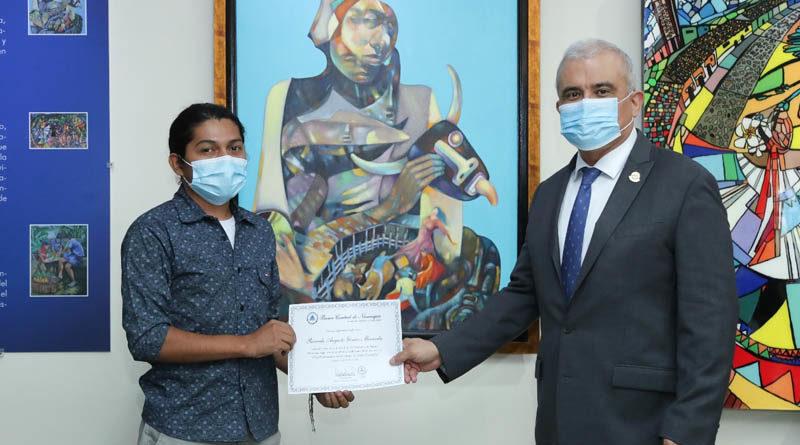 Ganador del primer lugar del Certamen de Pintura, junto al Presidente del Banco Central de Nicaragua, Ovidio Reyes