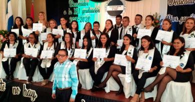 Maestros graduados de la Escuela Normal Darwin Vallecillo Quintanilla, ubicada en Chinandega, Nicaragua.