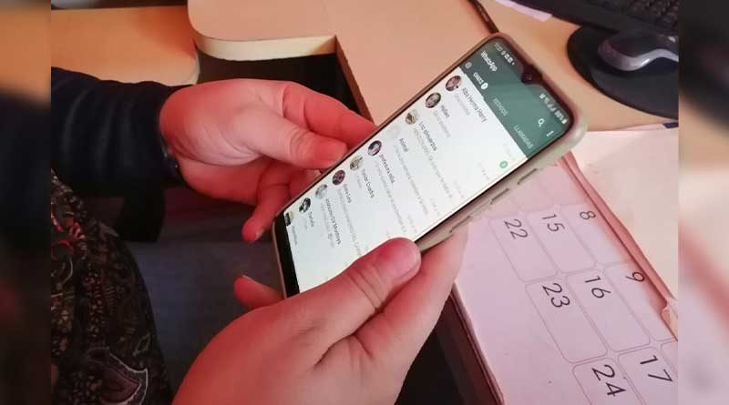 Manos sosteniendo un celular