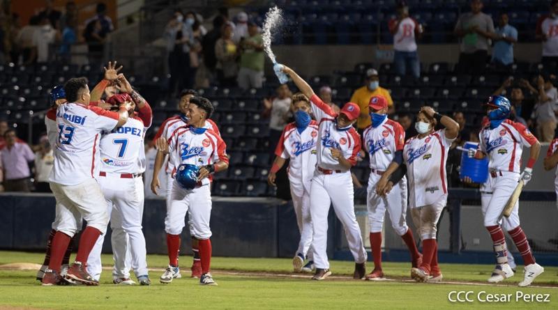 Jugadores de los Indios del Bóer celebrando su triunfo ante los Dantos, en el inicio del Pomares 2021, en el Estadio Nacional de Managua.