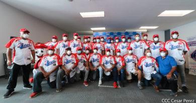 Jugadores de los Indios del Bóer desde el Estadio Nacional de Managua durante la entrega de sus indumentarias para el Pomares 2021.