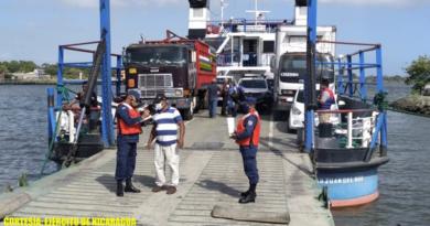 """Efectivos militares del Destacamento Naval de Aguas Interiores """"Comandante Hilario Sánchez Vásquez"""" de la Fuerza Naval del Ejército de Nicaragua inspeccionando ferris y embarcaciones en el lagos Cocibolca."""