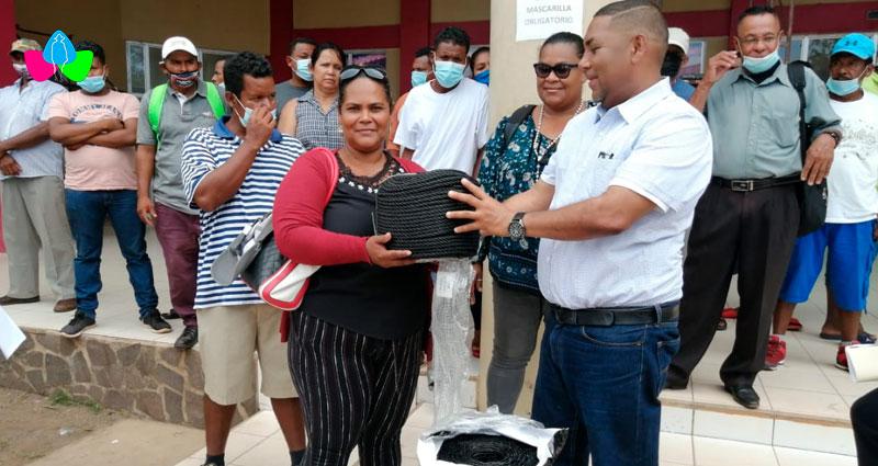 Familias caribeñas reciben bonos pesqueros de manos de autoridades del INPESCA