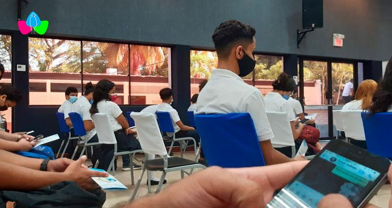 Estudiantes nicaragüenses con sus celulares en la mano aplicando las recomendaciones para hacer uso de un internet mas seguro