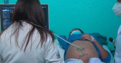 Médico materno fetal durante jornada realizada por el MINSA con mujeres embarazadas
