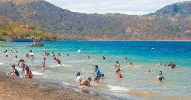 Veraneantes en Laguna de Xiloá