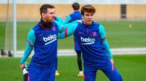Leo Messi y Riqui Puig durante un entrenamiento con el FC Barcelona.