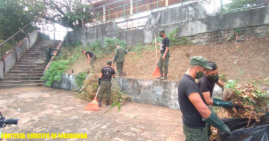 Soldados del Ejército de Nicaragua limpian la laguna de Tiscapa en Managua, Nicaragua.