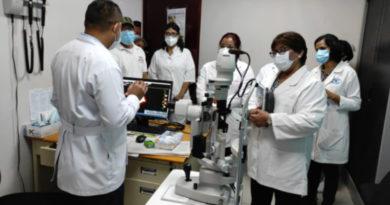 Ministra de salud Martha Reyes visita el Centro Nacional de Oftalmología