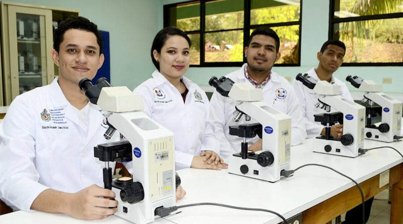 Jóvenes estudiantes de la carrera de medicina de la UNAN