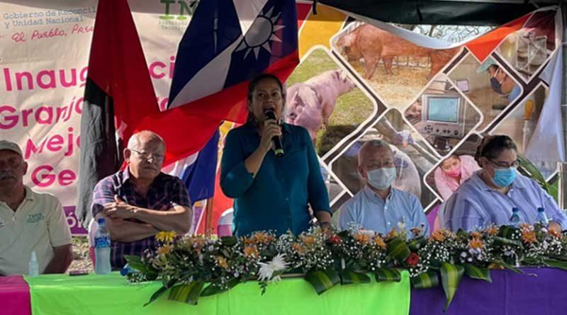 Compañera Claudia Cárdenas, Co-Directora INTA, Señor Iván Lo, Consejero de la Embajador de Taiwán en la Inauguración del Centro de Mejoramiento Genético Porcino, en Camoapa.