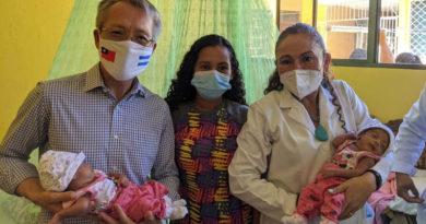 Embajador de Taiwán en Nicaragua, Jaime Wu junto a la compañera Sonia Castro durante la inauguración de las mejoras en la Casa Materna