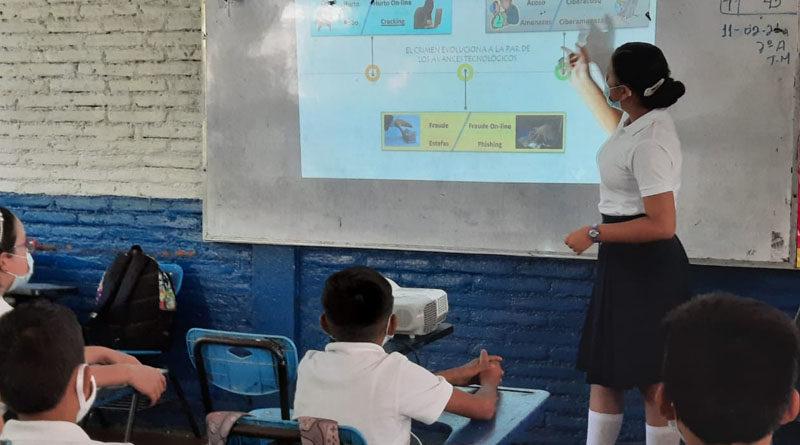 Alumna destacada brinda charla sobre el uso correcto del internet