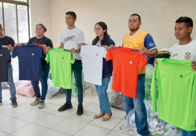 Jóvenes del Movimiento Deportivo Alexis Argüello durante la entrega de uniformes deportivos