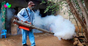 Personal de Ministerio de Salud de Nicaragua fumigando una casa para erradicar mosquitos transmisores de enfermedades.