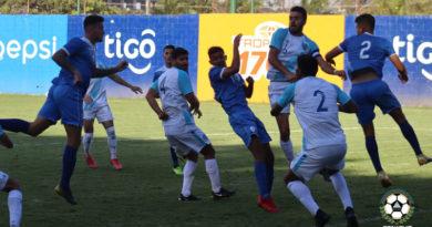 Jugadores de la Selección Nacional de Fútbol de Nicaragua de Juan Vita y Guatemala en juego amistoso.