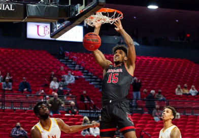 Norchad Omier anotando un punto para Arkansas State en la National Collegiate Athletic Association.