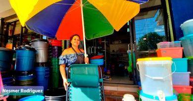 Comerciantes del mercado Oriental de Managua oferta sus productos de verano para Semana Santa