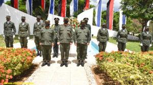 Altos Mandos del Ejército de Nicaragua entregando ofrenda floral ante el monumento del General Augusto C. Sandino.
