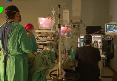 Doctores del Hospital Manolo Morales realizando una cirugía laparoscópica